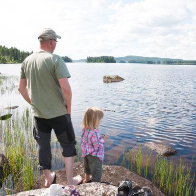 Far och dotter invid Volgsjö strand